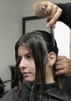 Muito versátil, é uma das principais tendências para cabelos médios e adequa-se a todas as idades. O corte chanel descontruído permite vários looks e adequa-se a vários tipos de cabelos, desde os lisos aos ondulados. Se optar pela franja, esta ajudará a suavizar o rosto.