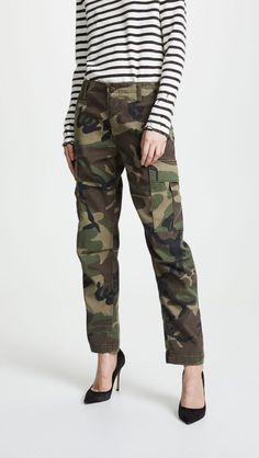 Maximize any 'fit with a pair of camo pants. Camo Pants Outfit, Camo Clothes, Camo Outfits, Estilo Olivia Palermo, Sailor Pants, Patterned Tights, Plain Tees, Camo Print, Cargo Pants