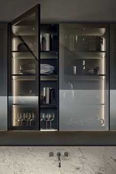 MINIMAL - Contemporary kitchen / glass / wood veneer / with handles by Varenna Poliform Kitchen Dinning, Kitchen And Bath, Kitchen Decor, Kitchen Tables, Dining, Nice Kitchen, Kitchen Ware, Glass Kitchen Cabinets, Kitchen Shelves