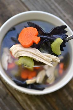 Chicken Boo-dle Soup - Morgan Manages Mommyhood Looking to fill your kiddos bellies with wholesome food before heading out to collect candy for Halloween? Bring the fun with this Chicken Boo-dle soup! Halloween Dinner, Halloween Goodies, Halloween Desserts, Halloween Food For Party, Halloween Kids, Chicken Halloween, Halloween House, Halloween Potluck Ideas, Halloween Mural