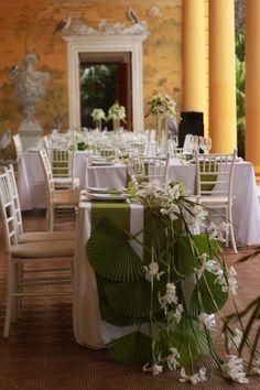Mesa de novios y montaje en los tonos blanco y verde.Boda organizada por Six Sens en la Hacienda Tekit de Regil Yucatán.