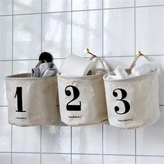 Stofposer til ophæng til baby-pusleting på badeværelset.