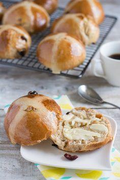 Hot cross buns (petits pains épicés et garnis de fruits secs)