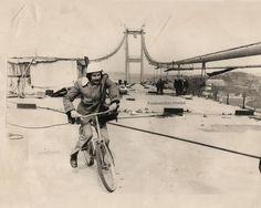 Boğaziçi Köprüsü bitmek üzere iken köprüden ilk kez bisiklet ile geçen kişi olarak kayıtlara geçen,Türkiye Gazeteciler Cemiyeti (TGC) Balotaj Kurulu Başkanı Muammer Tuncer. (1973)