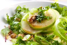 Una rica ensalada con lechuga, manzana verde, queso y nuez.  El aderezo está hecho a base de aceite de oliva, limón, sal y pimienta.