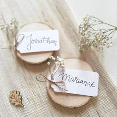30 einfache Ideen für DIY-Tischkarten – Hochzeitskiste The seating arrangement at the wedding also includes table cards for your guests. For all hobbyists and hard-working DIY brides, we have selected the most beautiful ideas for DIY place cards. Card Table Wedding, Wedding Boxes, Wedding Place Cards, Diy Table Cards, Diy Place Cards, Cards Diy, Plan Your Wedding, Diy Wedding, Wedding Gifts