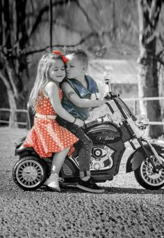 Motorcycles and Girls Cute Baby Couple, Cute Baby Girl, Baby Love, Cute Babies, Boy Or Girl, Baby Baby, Splash Photography, Color Photography, Kids In Love