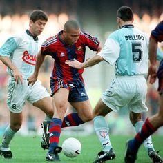 Quizá la mejor campaña de Ronaldo fue la que jugó en el Barça (no todos pensarán igual, claro...). En aquella temporada (1996/97) marcó, entre otros, aquel golazo al Compostela. Y ganó el Balón de Oro.