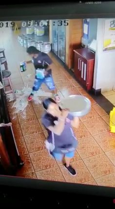 when things go from bad to worse in less than a second. Memes Estúpidos, Funny Video Memes, Funny Relatable Memes, Wtf Funny, Stupid Funny, Videos Funny, Funny Posts, Funny Quotes, Hilarious