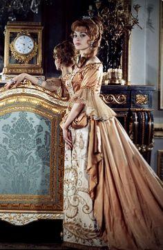 Michele Mercier. France, Nice, 31 janvier 1964, l'actrice Michèle MERCIER posant les mains sur les hanches, portant un costume de scène XVIIème provenant du film 'Angélique, marquise des anges'.