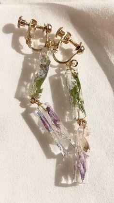 2つ繋ぐとお洒落♡ Epoxy Resin Art, Diy Resin Art, Diy Resin Crafts, Diy Crafts Hacks, Ice Resin, Resin Jewelry Making, Wire Jewelry, Jewelry Crafts, Jewelery