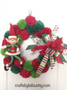 Christmas Wreath / Whimsical Xmas Wreath / Elf Door Christmas Decor / Pom - Pom Christmas wreath / Red - White and Green Christmas Wreath - Ghirlande - Christmas Decors Knitted Christmas Decorations, Elegant Christmas Decor, Whimsical Christmas, Xmas Wreaths, Beautiful Christmas, Christmas Aesthetic, Christmas Pom Pom, Christmas Bows, Green Christmas