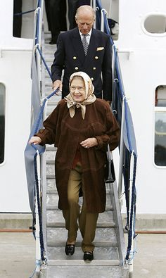 The Queen looked happy and relaxed as she holidays in Scotland back in 2006 to celebrate her birthday. She looks elegant in the taupe trousers and brown coat combination. Elizabeth Philip, Princess Elizabeth, Queen Elizabeth Ii, English Royal Family, British Royal Families, Prinz Philip, Grey Two Piece, Queen Pictures, Casa Real