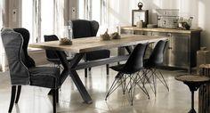 Table. 240 x 100 cm. Buffet chêne blanchi rusticisé et métal noir. 180 x 50 x 85 cm.