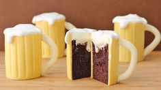 Now this is my kind of beer - a moist chocolate cake filled with luscious Baileys Irish Cream ganache covered in white modeling chocolate and topped off with some whipped cream. Beer Mug Cupcakes with Baileys Filling Mug Cupcake, Cupcake Cakes, Beer Cupcakes, Cup Cakes, Savory Cupcakes, Guinness Cupcakes, Filled Cupcakes, Mini Cakes, Cupcake Recipes