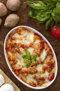 Tipico del Sud #Italia, ecco un primo piatto da leccarsi i baffi: gli #gnocchi alla #sorrentina! (baked gnocchi with tomato and mozzarella) #ricetta #Giallozafferano #italianfood #recipe #dumplings