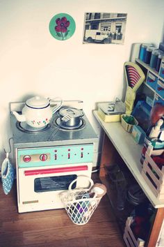 small vintage kitchen. Are you kidding? So sweet