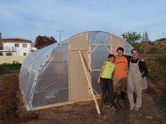 Cómo hacer tu propio invernadero con tubos de PVC – huertaelcampichuelo Outdoor Gear, Tent, Gardens, Greenhouse Gardening, Pvc Pipes, Chicken Coops, Renewable Energy, Green Houses, Vivarium