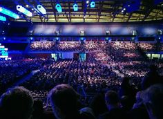 There were 15 000 people in the MEO Arena, watching the opening of the Web Summit. I enjoyed the ambience and spontaneous fun, like doing the Mexican wave or blinking the flashlights. :)
