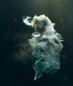 ♒ Mermaids Among Us ♒ art photography & paintings of sea sirens & water maidens - Zena Holloway Fantasy Photography, Underwater Photography, Underwater Photoshoot, Underwater Art, Underwater Model, Breathing Underwater, Underwater Pictures, Photography Series, Photography Couples