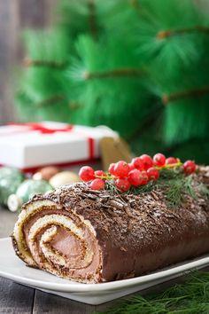 Το παραδοσιακό χριστουγεννιάτικο γλυκό της Γαλλίας είναι ένα κι ένα και για το δικό μας γιορτινό τραπέζι. Το γεμίζετε με Κρέμα Ζαχαροπλαστικής με γεύση Σοκολάτα ΓΙΩΤΗΣ και το επικαλύπτετε με κουβερτούρα για ακόμη πιο λαχταριστή γεύση. Christmas Goodies, Christmas Desserts, Mole, Home Bakery, Macaron Recipe, Christmas Cooking, Greek Recipes, Food To Make, Food Porn