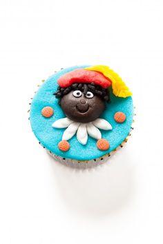 De grote kindervriend: zwarte piet. Zo maak je 'm op een #cupcake. Klik op de afbeelding voor het #recept. #sinterklaas #pakjesavond