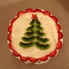 The perfect way to decorate your Christmas Pavlova! the kiwi christmas cake Aussie Christmas, Australian Christmas, Summer Christmas, Christmas Lunch, Christmas Cooking, Christmas Decorations Australian, Christmas Images, Christmas Pavlova, Christmas Deserts
