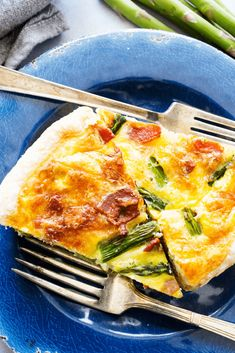 Easy and delicious this asparagus bacon quiche is full of flavor. And a gorgeous recipes to serve for breakfast or at brunch. Get the recipe here! Asparagus Quiche, Asparagus Bacon, Bacon Quiche, Asparagus Recipe, Breakfast Quiche, Breakfast Recipes, Quiches, Quiche Lorraine Recipe, Crockpot Recipes