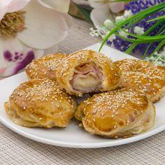Mini plăcințele cu șuncă și cașcaval în doar 20 minute - delicioase de te lingi pe degete - savuros.info My Recipes, Cooking Recipes, Tasty, Yummy Food, Hamburger, Food And Drink, Bread, Chicken, Drinks
