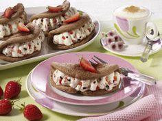 Schoko-Biskuit-Omeletts mit Stracciatellasahne und Erdbeeren (mit Puderzucker)