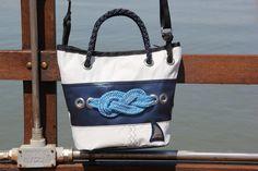 Borsa in vela da regata riciclata in dacron bianco con fascia blue e nodo marinaro  #borsa #bag #sailbag #vela #borsevela #artigianali #handmade #madeinitaly #unique #lignano