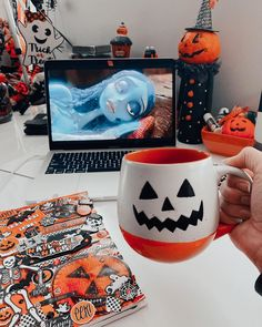 Halloween 2020, Halloween House, Spooky Halloween, Happy Halloween, Diy Halloween Decorations, Halloween Themes, Creepy Movies, Halloween Cookies, Samhain