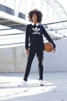 Dein schlicht-cooles Outfit vom Court bis in den gemütlichen Feierabend. Die Kombi aus Sweatshirt und Trainingshose hat aufgrund ihres lässigen Designs auch abseits des Sports das Zeug zum neuen Lieblingsdress – super bequem, super lässig, super trendy!