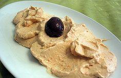 La Taramosalata è una crema di muggine tipica della Grecia. Viene preparata con una purea di patate che verrà unita alle uova di muggine e sarà servi...