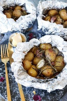 Min yndlings måde at servere kartofler på! Ovnbagte i staniol med masser af hvidløg og rosmarin. De smager fantastisk! Prøv evt at servere dem med kolde dips og saucer til. Jeg har eksempler på min side på en lækker fetadip, en persilledip og en BBQ dip :-)