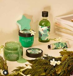 Imagine a festive winter wreath, with hints of jasmine, rose, white peach & orange flower. That's exactly what this signature collection is ~ To shop for all these fabulous holiday products & much, more more...visit my exclusive online shop. Direct link by clicking on the photo 📷 Body Shop At Home, The Body Shop, Best Body Shop Products, Body Shop Skincare, Winter Jasmine, Jasmine Rose, Beauty Regime, Beauty Kit, Peach Orange