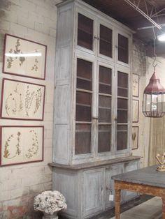 Prachtige oude verweerde boekenkast. vergelijkbare grote oude kasten te koop bij www.old-basics.nl. Daar kun je ook een kast op maat in unieke oude stijl laten maken!