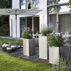 Gartengestaltung mit Pflanzkübel-geometrisch Sonnenschirm Holzdeck