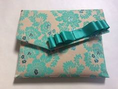 Gift Wrapping Awkward Objects - Alison shows you how to perfectly gift wrap 4 common awkward items The handbag wrap is one of the most useful techniques ever. Gift Wrapping Clothes, Gift Wrapping Bows, Gift Wraping, Present Wrapping, Creative Gift Wrapping, Present Gift, Creative Gifts, Wrapping Ideas, Japanese Gift Wrapping