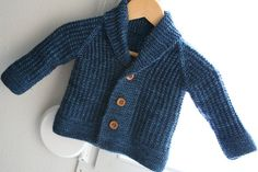 Ravelry: Oscar pattern by Lili Comme Tout (worsted weight yarn) & sizes Toddler Cardigan, Knitted Baby Cardigan, Knit Baby Sweaters, Baby Scarf, Baby Boy Knitting Patterns, Baby Clothes Patterns, Knitting For Kids, Clothing Patterns, Baby Outfits