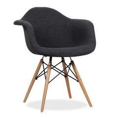 Avantgarde-Design-Stuhl. Enthaltene Armlehnen. Holzbeingestell. Bezugsversion. Der Stuhl WOODEN ist eins der populärsten Modelle des Avantgarde-Designs aus dem vergangenen Jahrhundert. Stil, Eleganz und Gemütlichkeit vereinen sich, um Ihrem Esszimmer oder Büro einen besonderen Touch zu geben. Die Version ARMS verfügt außerdem über Armlehnen im selben Sitzgestell. Rücken- und Armlehnen sowie Sitz sind mit Stoff bezogen und passen sich perfekt an Ihren Körper an. Das Beingestell aus Holz ist…