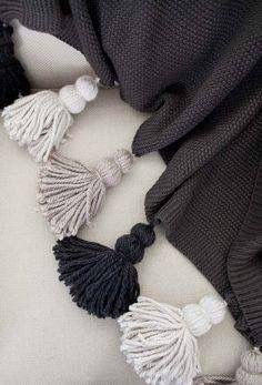 DIY klobige Quaste Decke - Deko ideen DIY chunky tassel blanket # chunky DIY wall h Easy Knitting Projects, Crochet Projects, Sewing Projects, Diy Projects, Knitting Ideas, Diy Tassel, Tassels, Yarn Crafts, Diy And Crafts