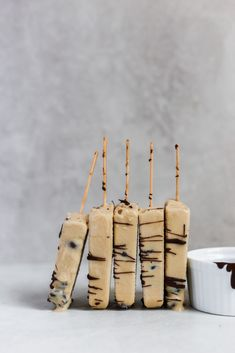 Super easy, 3 ingredient coffee popsicle recipe that has chopped espresso beans … - Healthy Dessert Espresso Recipes, Coffee Recipes, Ice Ice Baby, Ice Cream Party, Frozen Desserts, Frozen Treats, Easy Impressive Dessert, Coffee Popsicles, Chocolate Covered Espresso Beans