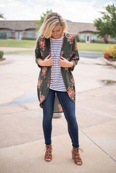 25 Best Floral Blouse Outfit Ideas - Amazing Ways To Style Floral Blouse Outfits. Source by outfit ideas Lula Roe Outfits, Mode Outfits, Casual Outfits, Fashion Outfits, Fashion Trends, Fashion Ideas, Casual Wear, Short Outfits, Fashion Advice