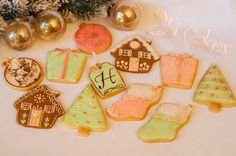 Shabby chic Christmas cookies by 2bi Cakes. https://www.facebook.com/2bicakes/posts/935512749863210:0
