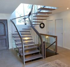 Escalier moderne en bois avec main courante en bois teinté ...