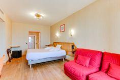 Chambre quadruple vue sur mer  :  Un grand lit (ou 2 lits sur demande) et 2 fauteuils ou 1 canapé 2 places qui se déplient