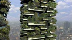 Jedes der beiden Wohnhäuser ist ein akiver Beitrag zur Klimaverbesserung. Denn jedes beherbergt 900 Bäume, was einer Fläche von 10.000 m² Wald entspricht. © BOERISTUDIO