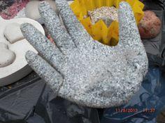 Beton giessen - DIY - Betonhand / Hand aus Beton mit Einmalhandschuh gem...