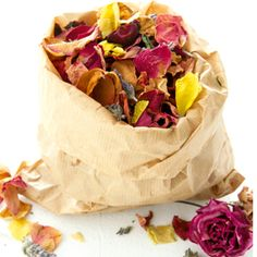 Hang a pretty sachet of homemade potpourri in your home! Homemade Potpourri, Potpourri Recipes, Dried Flower Arrangements, Dried Flowers, Stove Accessories, Snack Recipes, Snacks, Nature Crafts, Really Cool Stuff